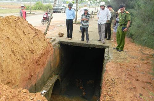 Miệng cống nước thải xả ra mương Cầu bị người dân lấp bây giờ đã được mở trở lại.