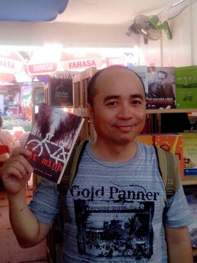 Đinh Lê Vũ và cuốn sách của mình trong Hội sách TP.Hồ Chí Minh mới đây nhất.