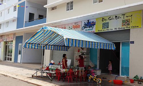 """Một quán ăn đặc sản miền Trung trên đường ven khu vào """"thành phố mới"""" Bình Dương."""