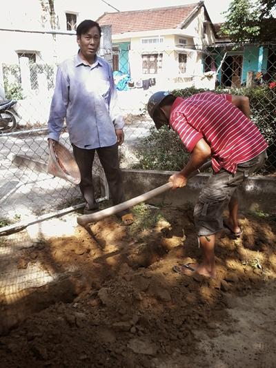 Người dân khối phố Hương Trà Tây đào đất để lắp đặt ống nước. Ảnh: L.H