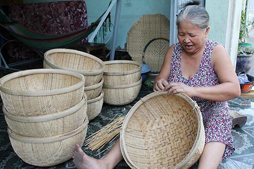 Những người đến từ xóm Bàu, xóm Triều Châu (huyện Duy Xuyên) đã mang theo nghề đan thúng mủng của cha ông di cư vào vùng sông nước miền Tây. Ảnh: MINH KIỆT