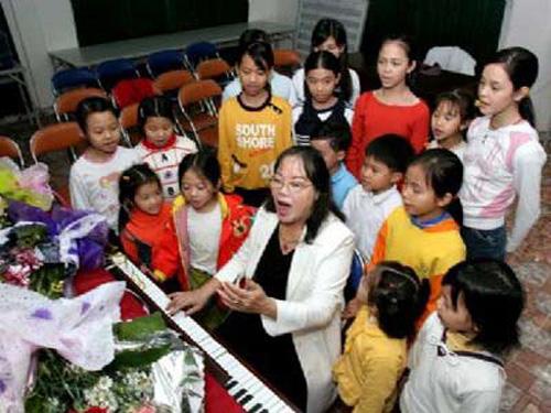 Nghệ sĩ nhân dân Tường Vy và dàn đồng ca của Trung tâm Nghệ thuật tình thương. Ảnh vietnam.vnagency.com.vn