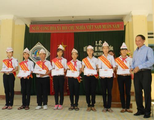 Hội đồng hương Tiên Cẩm luôn sát cánh cùng các em học sinh nghèo vượt khó.