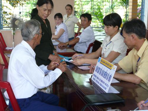 Đến nay, dịch vụ chi trả chế độ bảo hiểm xã hội cho đối tượng hưu trí, gia đình chính sách  qua hệ thống bưu điện đã tiến hành chi trả đều khắp trên 17 huyện, thành phố của tỉnh.