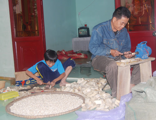 New small scale factories have been established to create jobs for many families in Trung Phuoc (art)  agarwood village.