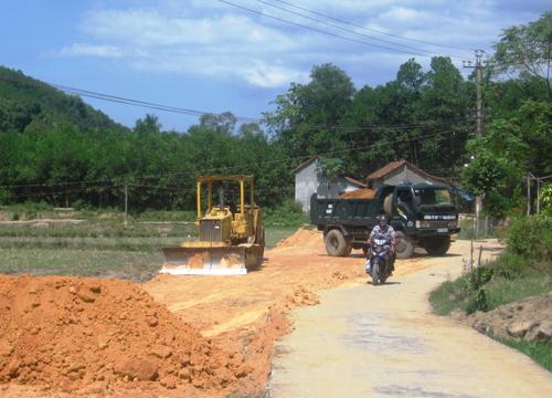 Người dân làng Lộc Yên, Tiên Cảnh đã hiến đất đai, cây cối giúp đơn vị thi công giải phóng mặt bằng làm tuyến đường bê tông nông thôn. Ảnh: N.H