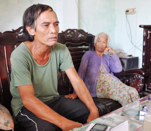 Bà Trần Thị Thức và con trai là Phan Đức Tú cho rằng Công an Thăng Bình phải khởi tố bà Chín và  đối tượng giang hồ cố ý gây thương tích. Ảnh: TAM THĂNG
