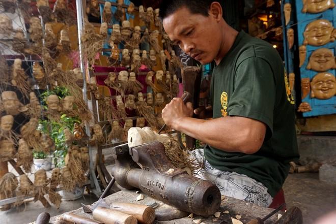 Anh Huỳnh Phương Đỏ (SN 1972) học nghề điêu khắc từ năm 16 tuổi, làm giàu nhờ nghề chế tác gốc tre nghệ thuật và tượng gỗ. Ảnh: Diệp Sa.