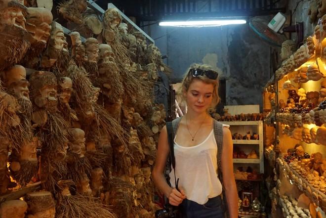 Tùy thời điểm, vợ chồng anh Đỏ đầu tư làm mặt hàng phù hợp. Tháng 8, 9 khách du lịch Pháp tới Hội An nhiều và chỉ thích các loại tượng vừa và nhỏ làm chủ yếu từ gỗ pơ mu. Ảnh: Diệp Sa.
