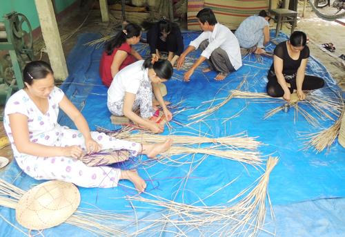 Phụ nữ thôn Trà Nhiêu, xã Duy Vinh (Duy Xuyên) được PyD hỗ trợ đào tạo nghề làm mũ, giỏ xách từ nguyên liệu cói. Ảnh: L.P.L.N