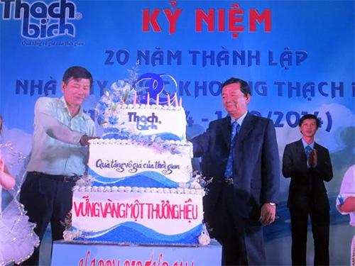 Ông Võ Thành Đàng - Tổng Giám đốc Công ty CP Đường Quảng Ngãi và ông Hồ Văn Vân - Giám đốc Nhà máy Nước khoáng Thạch Bích cắt bánh mừng sinh nhật 20 năm thành lập nhà máy.