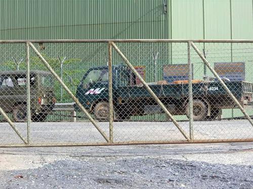 Chiếc xe chở thiết bị máy móc của Công ty TNHH Vàng Phước Sơn bị lực lượng chức năng huyện Phước Sơn ngăn chặn quay trở ngược lại công ty. Ảnh. Hoàng Yên