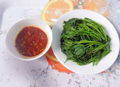 Nhớ da diết bữa cơm với đọt rau lang luộc chấm mắm cái ngày mưa quê nhà.