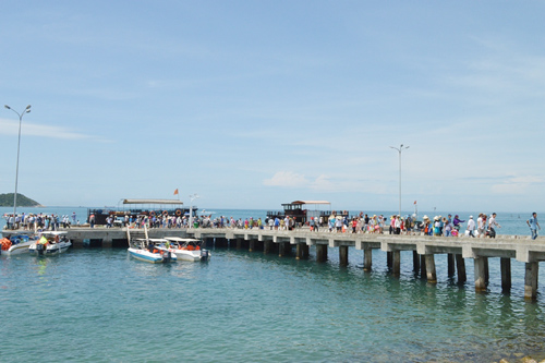Áp lực khách tăng nhanh gây ảnh hưởng đến môi trường và nguồn nước ngọt trên đảo. Ảnh: V.LỘC