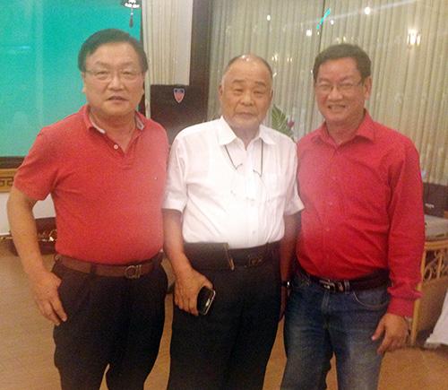 Ông Tôn Thạnh Nghĩa (bìa phải) và những người bạn Nhật Bản.