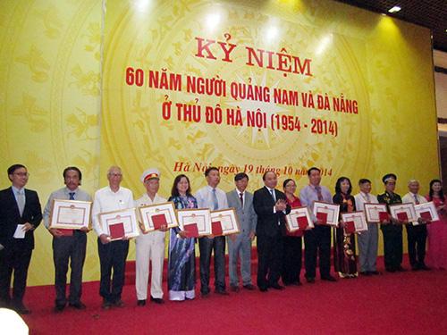 UBND tỉnh Quảng Nam tặng bằng khen cho các tập thể và cá nhân có đóng góp xuất sắc cho quê hương và hoạt động của Ban liên lạc đồng hương Quảng Nam tại Hà Nội. Ảnh: QUANG NGUYỄN
