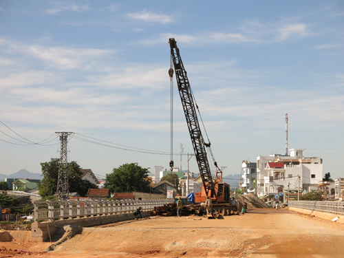 Công trình cầu Kỳ Phú 1 & 2 vẫn còn ngổn ngang. Ảnh: T.D