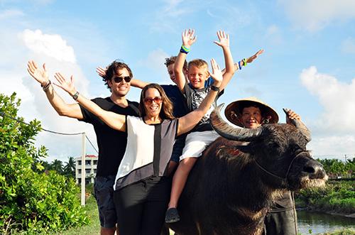 Bà Carlene Penkett, người Canada cùng chồng và hai con trai rất thích thú với tour du lịch cưỡi trâu ở Hội An.