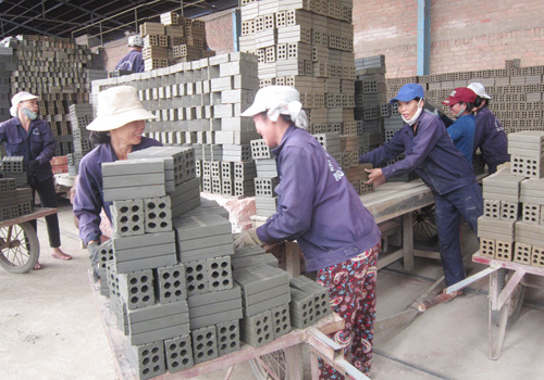 Sản xuất gạch tại nhà máy gạch tuynen Phú Ninh Hòa ở Cụm công nghiệp Đông Phú 1. Ảnh: T.A