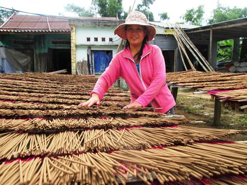 Nhờ làm hương, mỗi tháng chị Ngụy Thị Lời ở thôn Phú Trung (Đại Hiệp, Đại Lộc) lãi hơn 12 triệu đồng. Ảnh: N.S