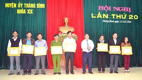 Huyện ủy Thăng Bình khen thưởng cán bộ có thành tích xuất sắc năm 2014. Ảnh: Q.VIỆT