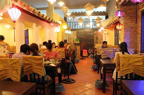 Thực khách đến Hội quán Quảng Đà. Ảnh: CHÂU KHANH