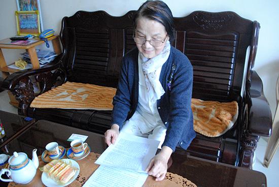 Cô Phan Thị Thảo ôn lại những ngày hoạt động trong lòng địch.  Ảnh: NGUYỄN AN KHÁNH