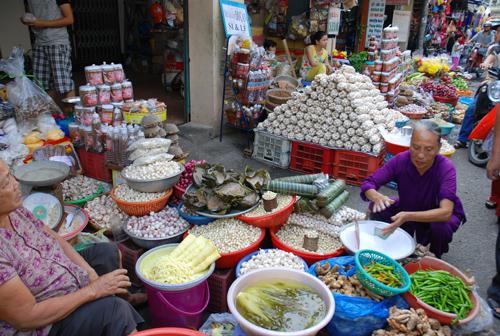 Ra chợ Bà Hoa (quận Tân Bình, TP.Hồ Chí Minh) những ngày này đã thấy hương vị, sắc màu của tết, khiến không ít người nhớ tết quê. Ảnh: HOÀNG DUNG