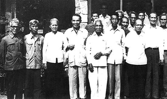 Các đồng chí đảng viên từ những năm 1930 chụp ảnh lưu niệm tại tọa đàm kỷ niệm 50 năm thành lập Đảng bộ tỉnh (28.3.1930 - 28.3.1980). Ảnh tư liệu