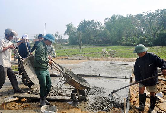 Cán bộ, đảng viên xã Tam Vinh (Phú Ninh) cùng nhân dân làm đường bê tông nông thôn.