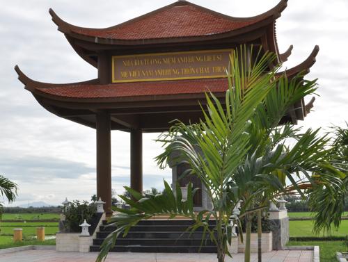Nhà bia Tưởng niệm các anh hùng liệt sĩ, Bà mẹ Việt Nam anh hùng thôn Châu Thủy, xã Điện Thọ (Điện Bàn) được xây dựng từ nguồn kinh phí xã hội hóa. Ảnh: HÀN GIANG