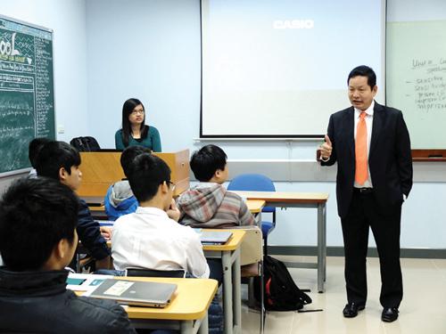 Ông Trương Gia Bình nói chuyện với sinh viên Trường FPT nhân dịp năm mới.