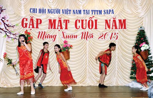 Chương trình văn nghệ chào xuân mới mang đậm bản sắc Việt của cộng đồng người Việt tại Trung tâm thương mại Sapa (Praha, Cộng hòa Séc).