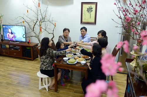 Ấm áp bữa cơm gia đình cuối năm.