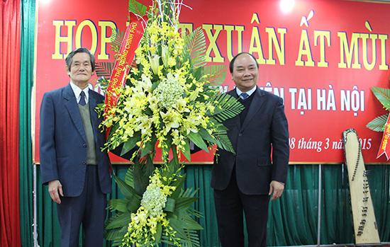 Ủy viên Bộ Chính trị, Phó Thủ tướng Nguyễn Xuân Phúc tặng hoa chúc mừng Hội đồng hương Duy Xuyên tại Hà Nội.