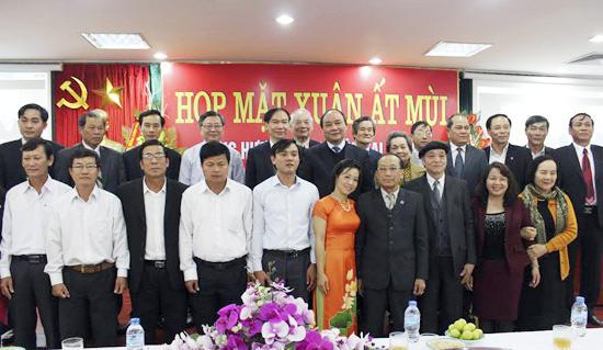 Phó Thủ tướng Nguyễn Xuân Phúc chụp ảnh lưu niệm cùng Hội đồng hương Duy Xuyên tại Hà Nội.