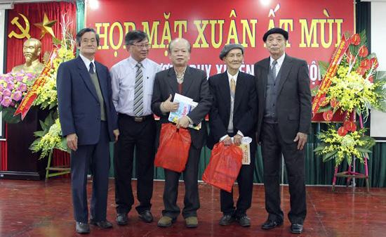 Ông Trương Nguyên Mân - Trưởng ban liên lạc Hội đồng hương Duy Xuyên tại Hà Nội (ngoài cùng bên trái) trao quà cho các cụ cao tuổi.