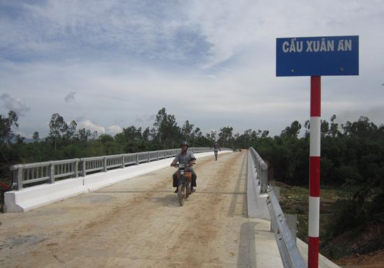 Cây cầu Xuân An bắc qua sông Ly Ly góp phần giải quyết nhu cầu đi lại của nhân dân 2 huyện Thăng Bình và Quế Sơn. Ảnh DUY THÁI