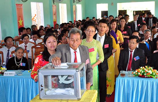 Đại biểu bỏ phiếu bầu Ban Chấp hành Đảng bộ xã Quế Thọ nhiệm kỳ 2015 - 2020.
