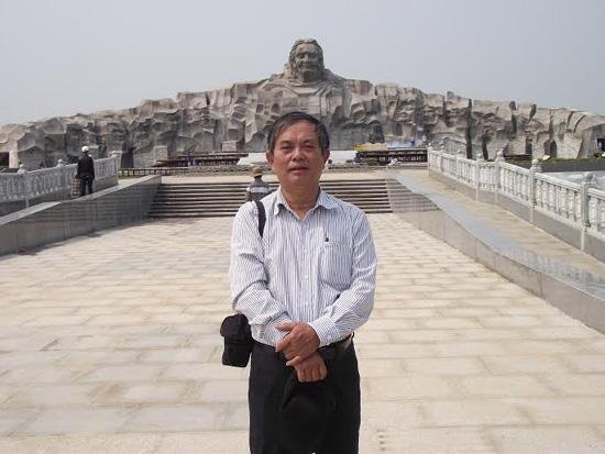 Tác giả trong chuyến thăm Tượng đài Mẹ Việt Nam anh hùng.