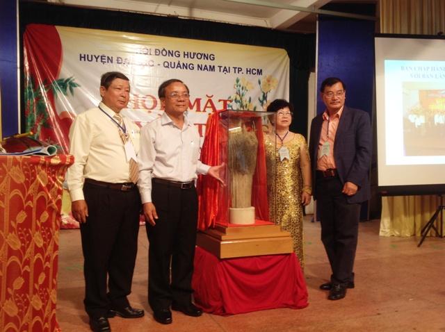Tặng quà cho Hội Đồng hương Đại Lộc tại TP. Hồ Chí Minh