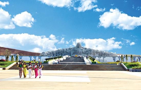 Tượng đài Mẹ Việt Nam anh hùng. Ảnh:N.TUẤN
