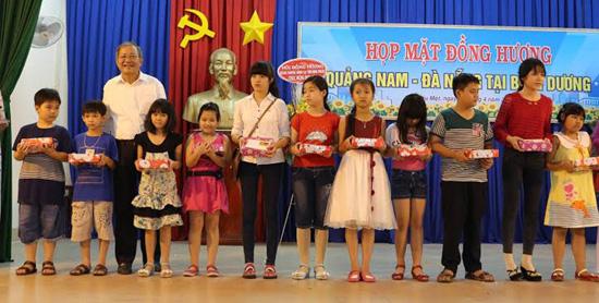 Ông Trân Quế Lộc - Trưởng ban liên lạc trao quà cho học sinh nghèo hiếu học con em của đồng hương QN-ĐN tại tỉnh Bình Dương. ảnh: Q.NHƯ