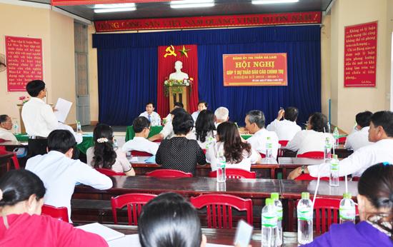 Đảng ủy thị trấn Hà Lam tổ chức hội nghị lấy ý kiến góp ý vào dự thảo báo cáo chính trị trong đội ngũ cán bộ hưu trí và đang công tác. Ảnh: H.GIANG