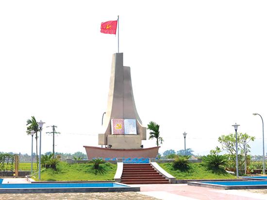 Biểu tượng ghi nhớ ngày thành lập Chi bộ Đảng đầu tiên tại Duy Xuyên. Ảnh: TÙY PHONG