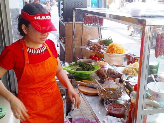 Xe bánh mì đúng chất Hội An với thịt xíu, tương ớt Hội An của cô gái Huỳnh Thu Đông.