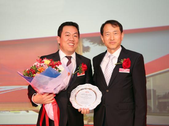 Ông Bùi Kim Kha - Phó Tổng Giám đốc Thaco và Ông Yong Sung Kim - Giám đốc Kia toàn cầu.