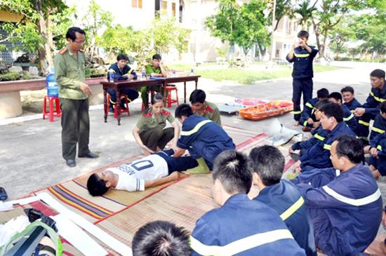 Cán bộ, chiến sĩ lực lượng Cảnh sát Phòng cháy chữa cháy và CNCH Công an Quảng Nam tập huấn cấp cứu người bị nạn. Ảnh: Như Ý