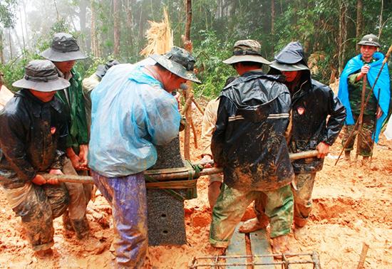 Cán bộ, chiến sĩ Bộ đội Biên phòng tỉnh vượt rừng, dầm mưa cắm mốc. Ảnh: THANH NGUYÊN