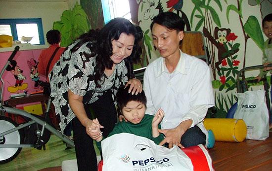 Nghệ sĩ Kim Cương thăm trẻ em khuyết tật Hội An.